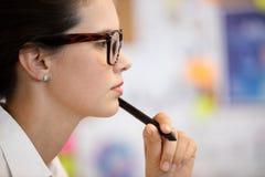 Vue de côté de femme d'affaires concentrée Photographie stock libre de droits