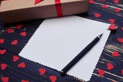 Vue de côté de feuille de papier blanc pour l'espace et le boîte-cadeau de copie Photo libre de droits