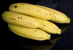 Vue de côté de fond de noir de groupe de banane Images stock