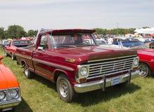 Vue de côté de Ford de vintage de camion pick-up rouge de F-100 Image libre de droits