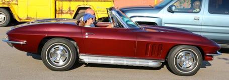 Vue de côté de l'antiquité modèle Corvette de Bourgogne du début des années 50 Image stock