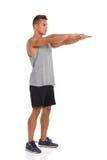Vue de côté de l'homme avec les bras tendus Photos libres de droits