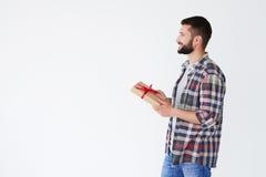 Vue de côté de l'homme barbu heureux tenant la boîte actuelle Image stock