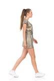 Vue de côté de marche de femme Image libre de droits