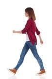 Vue de côté de marche de fille occasionnelle Image stock