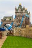 Vue de côté de pont de tour le jour pluvieux, Londres Images libres de droits