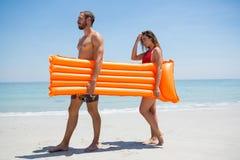 Vue de côté de radeau de transport de piscine de couples Photos stock