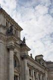 Vue de côté de Reichstag avec le fond de ciel nuageux Image stock