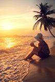 Vue de côté de silhouette de beau chapeau de paille heureux d'usage de jeune femme - reposez-vous sur la plage en été au temps de Images stock