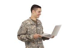 Vue de côté de soldat avec l'ordinateur portable Images libres de droits