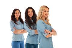 Vue de côté de trois femmes occasionnelles sûres Images stock