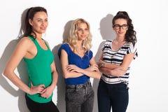 Vue de côté de trois jeunes femmes occasionnelles Photo stock