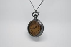 Vue de côté de vieille montre de poche accrochée Image libre de droits