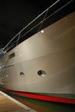 Vue de côté de yacht de luxe la nuit Images libres de droits