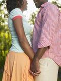 Vue de côté des couples tenant des mains Image stock