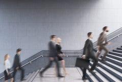 Vue de côté des entrepreneurs montant un escalier dans un bâtiment Images stock