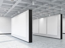 Vue de côté des murs de galerie d'art avec de diverses bannières Image stock