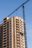 Vue de côté des nouveaux bâtiments et de la grue ayant beaucoup d'étages Photographie stock