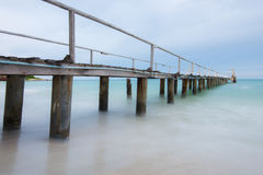 Vue de côté du pont en bois sur la plage Photographie stock libre de droits