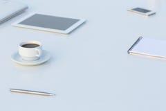 Vue de côté du Tableau blanc avec l'électronique et stationnaire Images stock