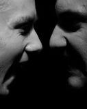 Vue de côté sur deux hommes criards Photographie stock libre de droits