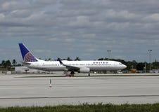 Vue de côté unie d'avion de passagers Image libre de droits
