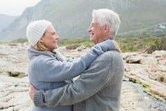 Vue de côté d'un couple supérieur romantique Photographie stock libre de droits