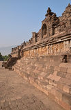 Vue de côté de Borobudur à la base avec l'abondance de petits stupas et statues de Bouddha Photos stock