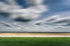 Vue de côté sur une route goudronnée vide dans le mouvement brouillé Photo stock