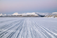 Vue de côte de Pikku-Malla de lac Kilpisjarvi en hiver, Finlan Photos stock