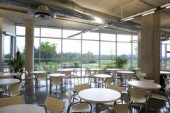 Vue de cafétéria de bureau dans la construction moderne. Images stock