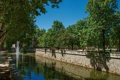 Vue de canal aux jardins du 18ème siècle de la fontaine à Nîmes Images libres de droits