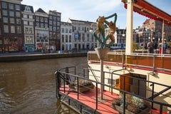 Vue de canal avec le jour ensoleillé de statues au printemps Photos stock