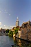 Vue de canal de cathédrale de Bruges Image libre de droits