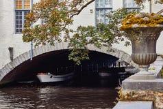 Vue de canal de l'eau, de bateau et de bâtiment médiéval à Bruges image libre de droits