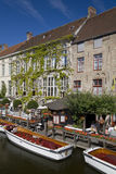 Vue de Canalside de Dijver, Bruges images libres de droits