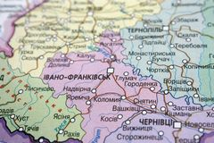 Vue de carte de la région d'Ivano-Frankivsk, Ukraine sur une carte géographique de l'Europe Plan rapproch? avec la tache floue photographie stock libre de droits