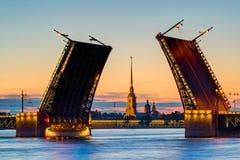 Vue de carte postale de pont de palais à St Petersburg, Images libres de droits