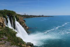 Vue de cascade de Duden à Antalya chez Lara Beach à l'arrière-plan Photos libres de droits