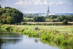 Vue de cathédrale de Chichester de Poyntz Bridge image stock