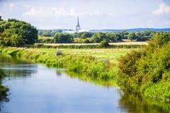 Vue de cathédrale de Chichester de Poyntz Bridge images stock