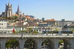 Vue de cathédrale de Lausanne au-dessus du pont en été Images libres de droits