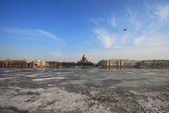 Vue de cathédrale de St Isaac à travers Neva River en hiver Images stock