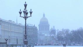 Vue de cathédrale de St Isaac dans la neige pendant l'hiver banque de vidéos