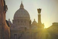 Vue de cathédrale du ` s de St Peter à Rome, Italie au coucher du soleil Images libres de droits