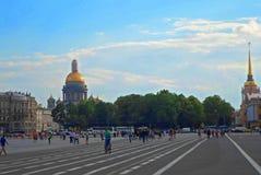 Vue de cathédrale et d'Amirauté d'Isaakievskiy Photos stock