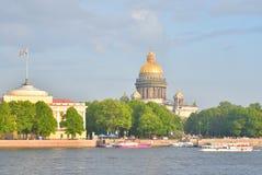 Vue de cathédrale et de la rivière Neva du ` s de St Isaac Photographie stock libre de droits