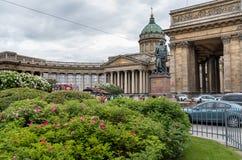 Vue de cathédrale de Kazan avec la statue de Barclay de Tolley sur la perspective de Nevsky dans le St Petersbourg Photos stock