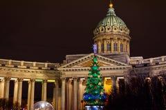 Vue de cathédrale de Kazan et d'arbre de Noël la nuit St Petersburg Russie image stock