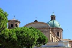 Vue de cathédrale romaine catholique italienne à Ravenne derrière le vert Photo stock